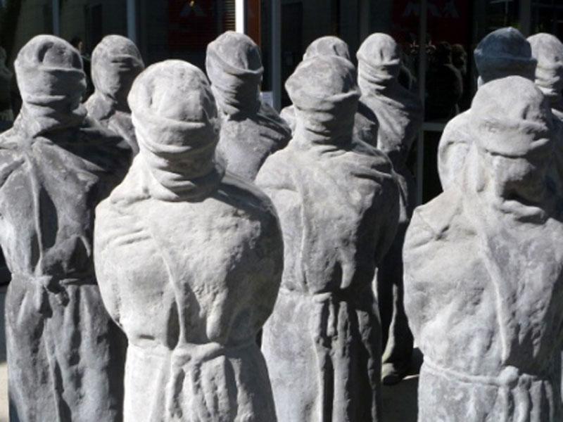 Die Statuen im Hof des UN Hochkommissariats für Menschenrechte symbolisieren die Verschwundenen. © R. Huhle